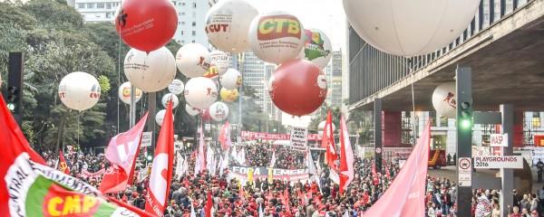 100 mil trabalhadores se reúnem na Avenida Paulista
